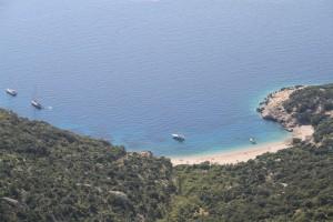 Strand bij Lubenica op eiland Cres, Kroatie